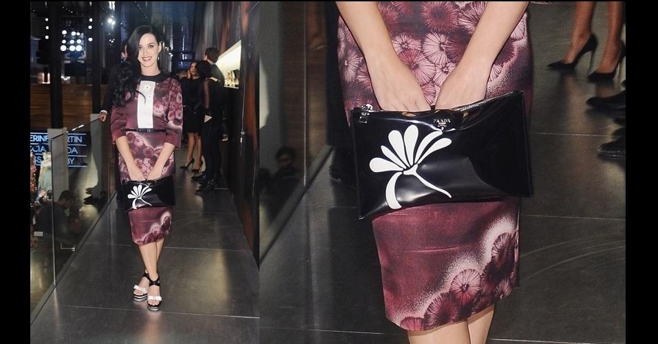 A cantora Katy Perry usa um look inteiramente Prada, incluindo a clutch de couro com motivo floral
