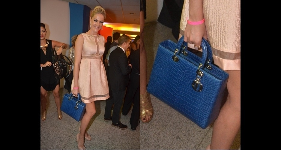 Ana Hickmann escolheu a clássica Lady Dior em couro azul. A bolsa segue as linhas clássicas e femininas da marca