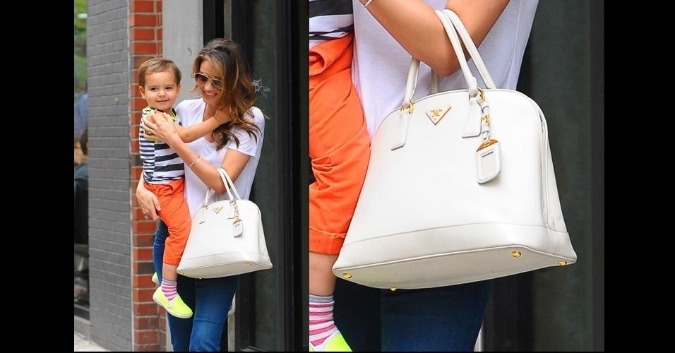 Ao passear com o filho, Miranda Kerr complementa o visual básico com a bolsa