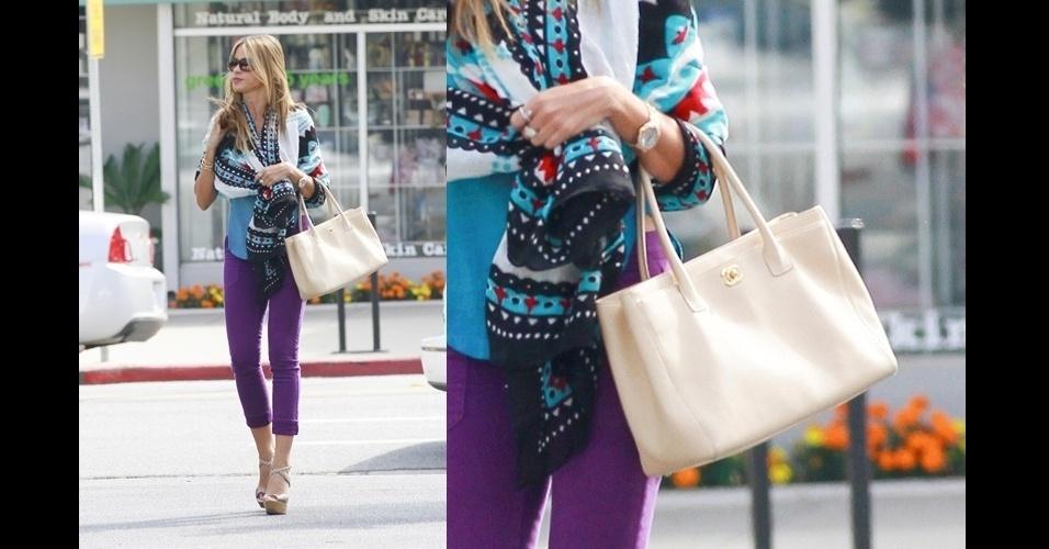 Criando um ponto neutro no look multicolorido, a atriz Sofia Vergara escolheu a Chanel