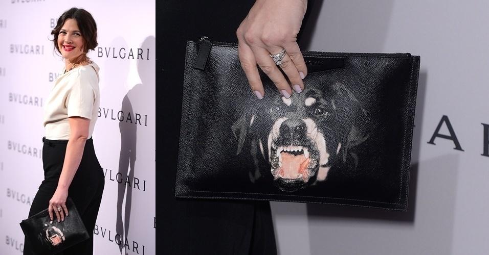 Drew Barrymore usou uma clutch de couro com estampa de Rottweiler da Givenchy. As estampas da marca foram desejadas por fashionistas de todo o mundo