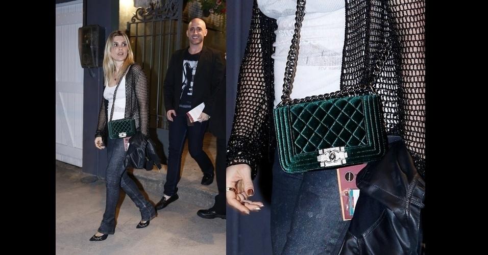 Flavia Alessandra aparece com a versão pequena e em veludo verde da