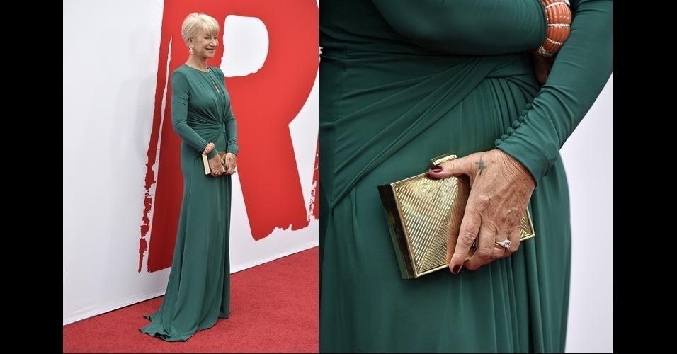 Helen Mirren escolheu uma clutch metálica dourada Elie Saab e trouxe um toque sofisticado ao look