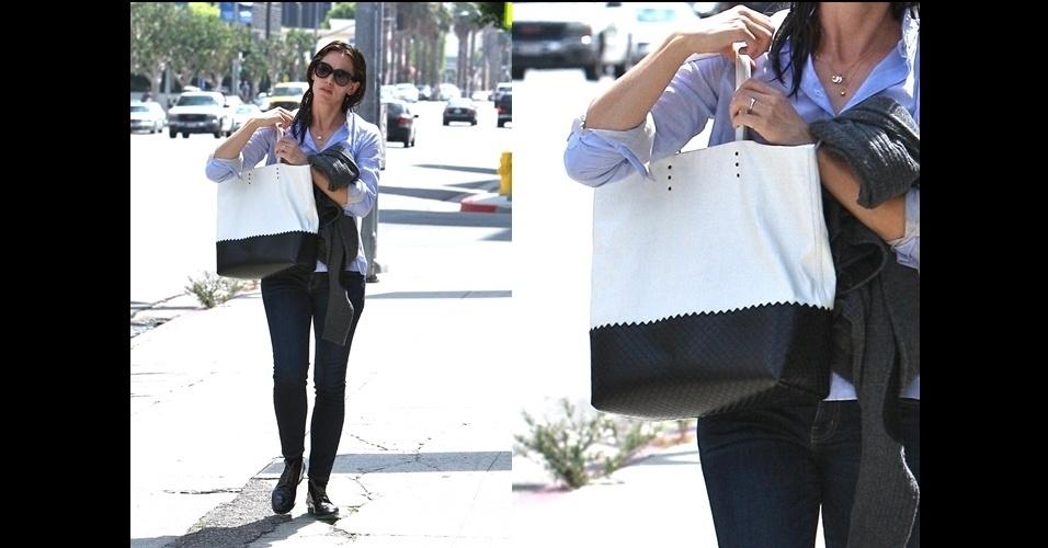 Jennifer Garner escolhe uma bolsa grande e prática da Bottega Veneta. O modelo se chama