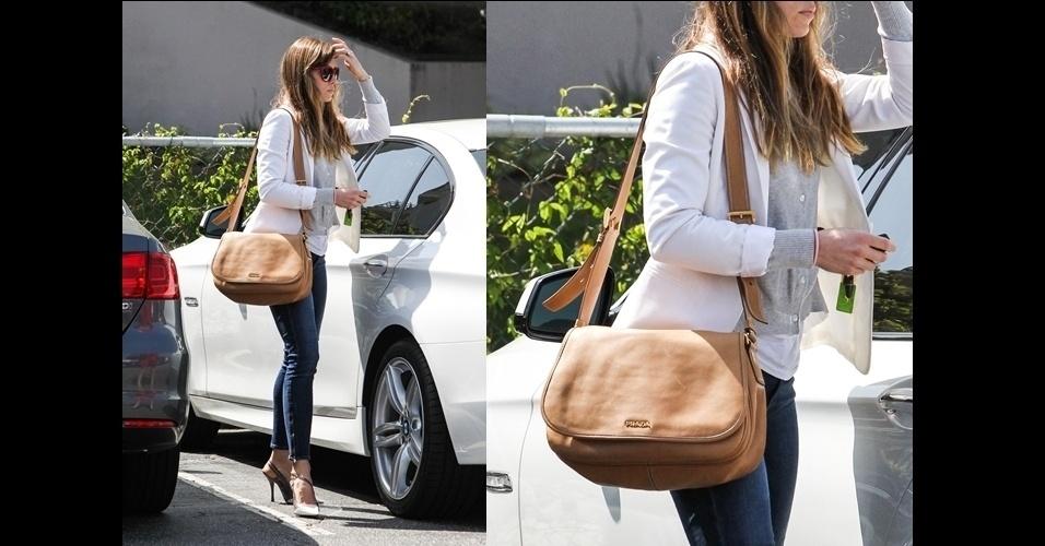 Jessica Biel combinou seu look básico com uma bolsa marrom grande da Prada