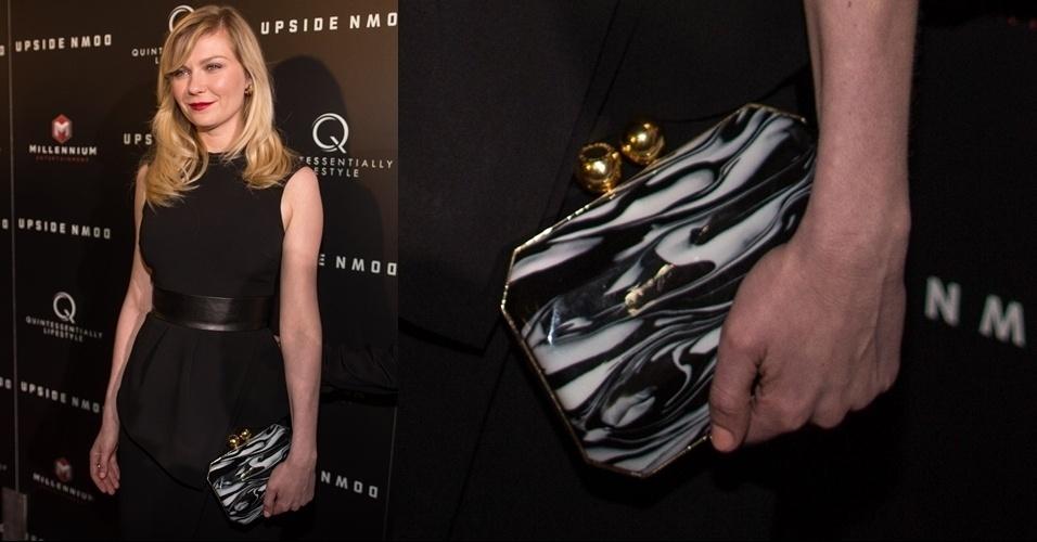 Kirsten Dunst usa uma clutch estruturada com cores mescladas da marca inglesa Stella McCartney