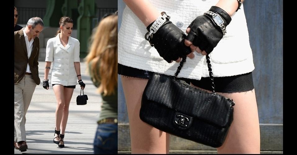 Kristen Stewart compareceu ao desfile de alta-costura da Chanel usando o modelo clássico com correntes mais curtas e em couro tratado de maneira diferente do clássico
