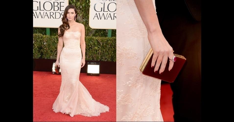 Megan Fox usou uma clutch retangular de metal com laterais vermelhas, que dão um toque de cor ao look nude