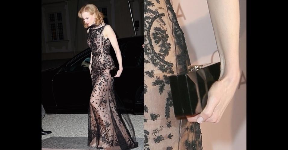 Nicole Kidman usa uma clutch preta com relevo da tradicional Roger Vivier, o modelo da clutch chama-se