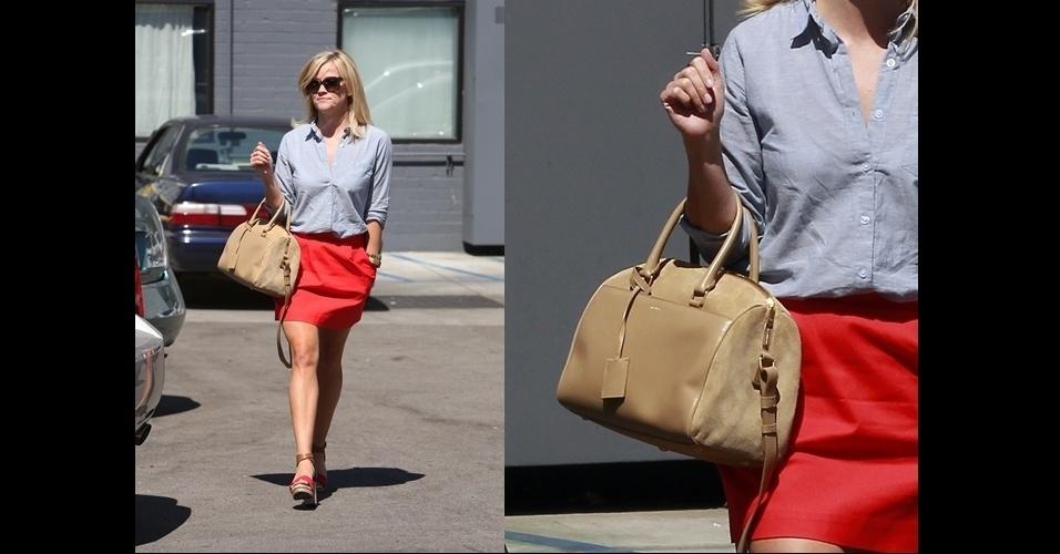 Reese Witherspoon sai para almoçar com sua bolsa Yves Saint Laurent do tipo ?duffle?. A bolsa pertence aos novos modelos criados pela atual direção artística da marca