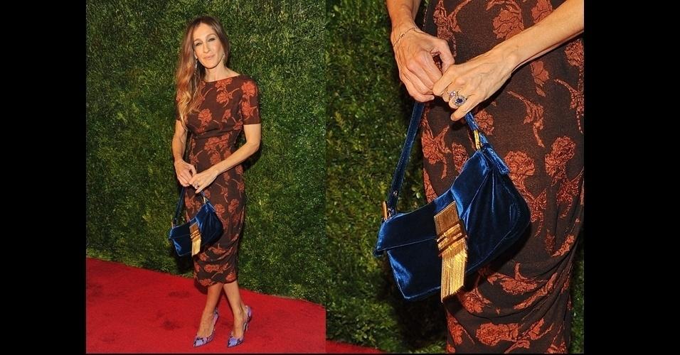 Sarah Jessica Parker usa uma bolsa pequena de veludo azul com franjas e fecho em ouro da grife italiana Fendi