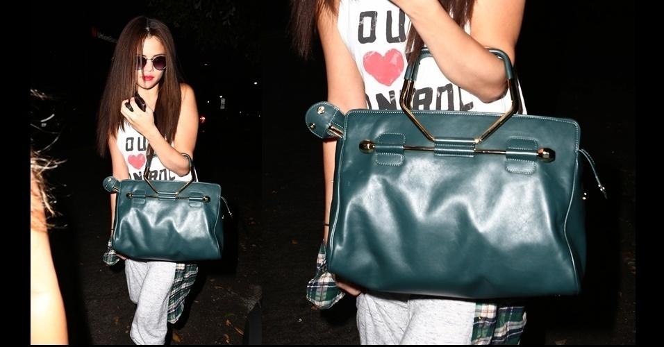 Selena Gomez usa look roqueiro complementado pela bolsa