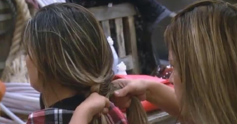 17.08.2013 - Denise Rocha faz trança no cabelo de Andressa Urach
