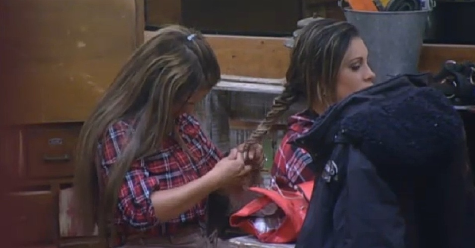 17.ago.2013 - Andressa Urach pediu para Denise faz um penteado diferente em seu cabelo