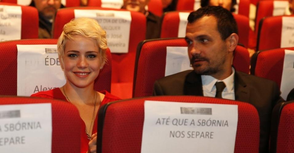 """17.ago.2013 - Leandra Leal, que participa do longa """"Eden"""", e o namorado Alê Youssef durante o Festival de Cinema de Gramado"""