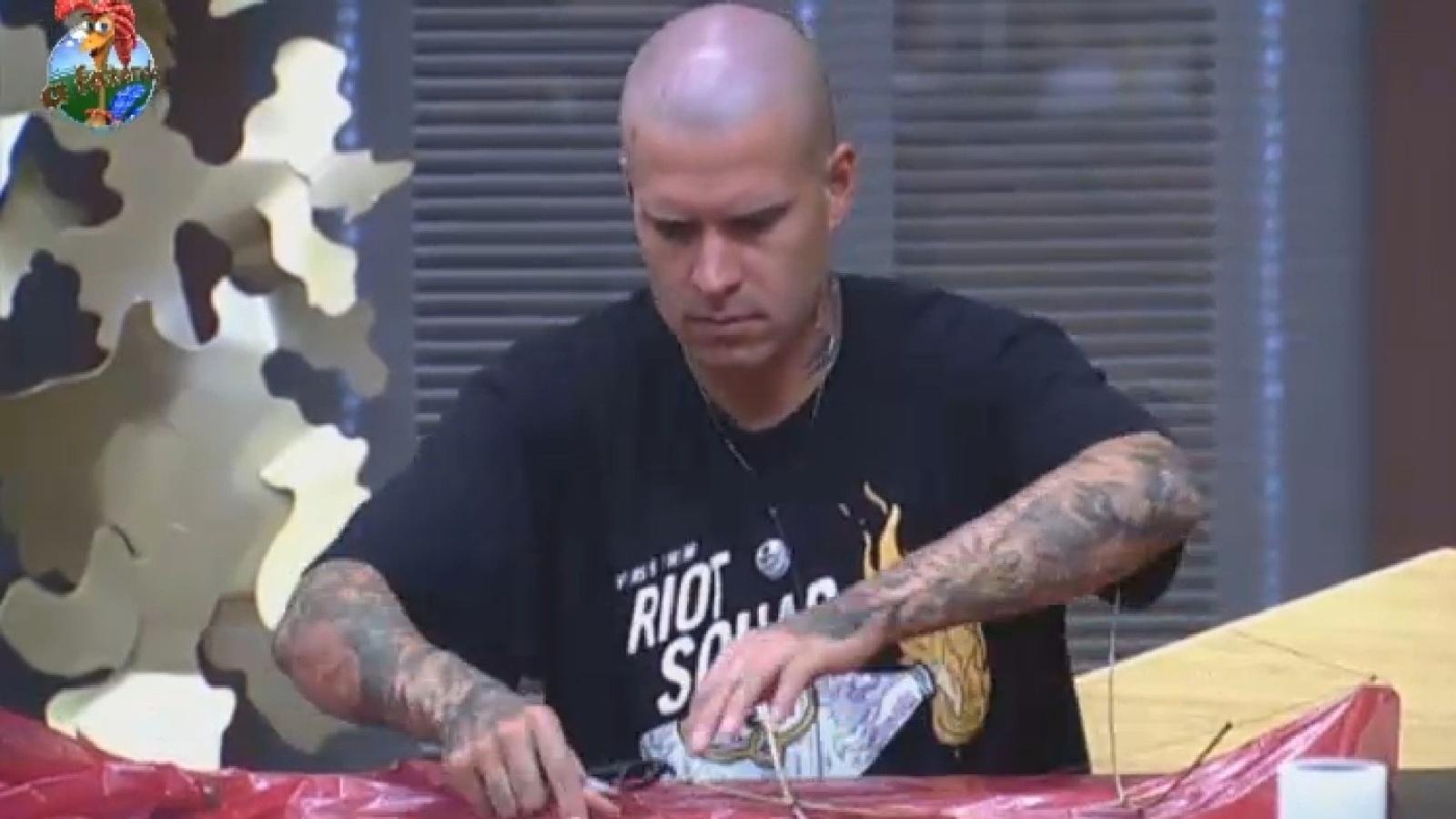 17.ago.2013 - Mateus Verdelho preparar pipa para brincar com peões