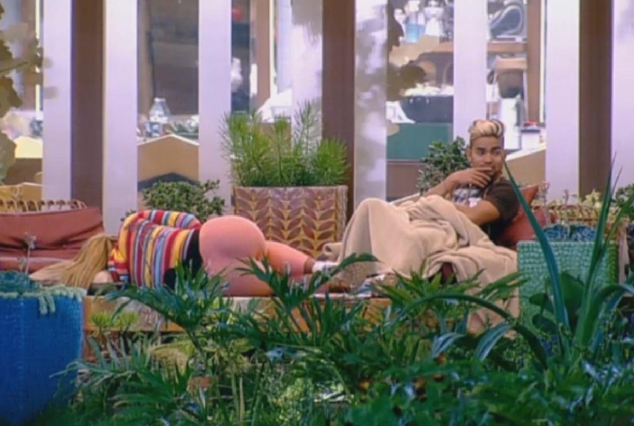 17.ago.2013 - Yudi e Yani conversando sobre Denise na varanda
