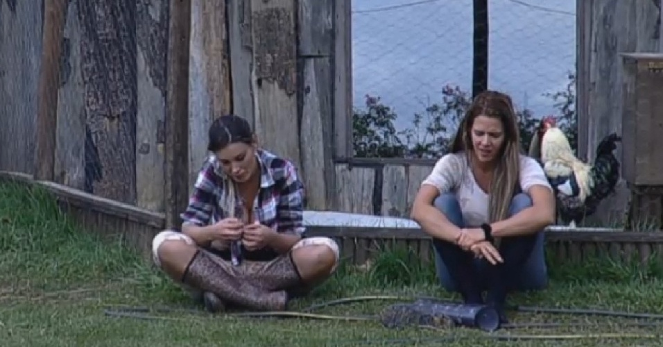 18.ago.2013 - Andressa e Denise criticam peões na manhã deste domingo: