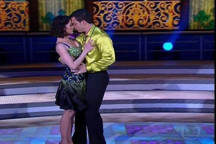 """18.ago.2013 - Carol Castro arranca elogios na salsa na """"Dança dos Famosos"""""""