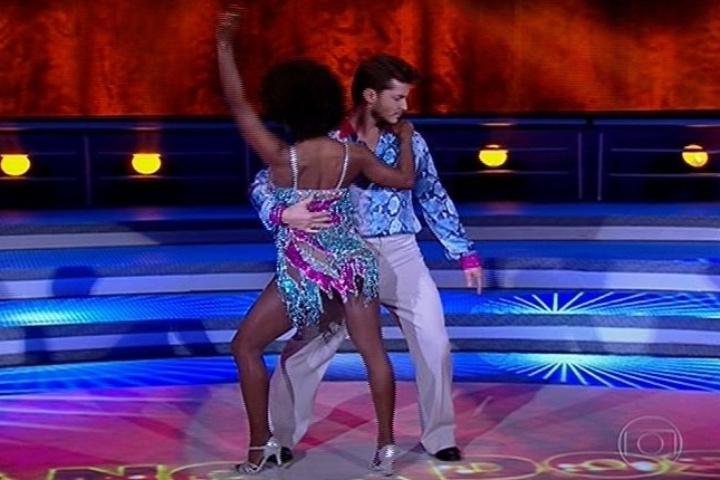 """18.ago.2013 - Klebber Toledo mostra gingado com a salsa na """"Dança dos Famosos"""""""