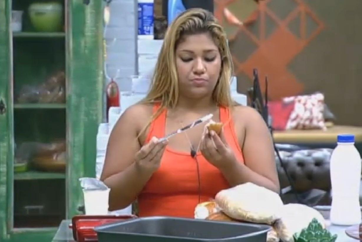 18.ago.2013 - Yani de Simone toma café da manhã antes de dar início às atividades do dia