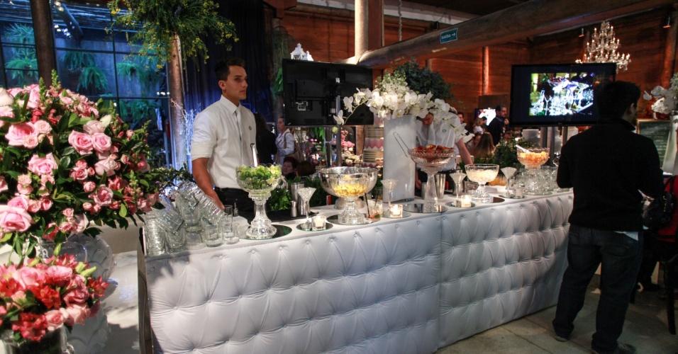 17.ago.2013 - Serviço de bar da Pinelli Eventos (www.pinellieventos.com.br) com decoração de Marshall Assessorias & Cenografia (www.marshaleventos.com.br). A 2ª edição da feira Wedding Outlet foi realizada no Espaço Gardens, na zona oeste da capital paulista