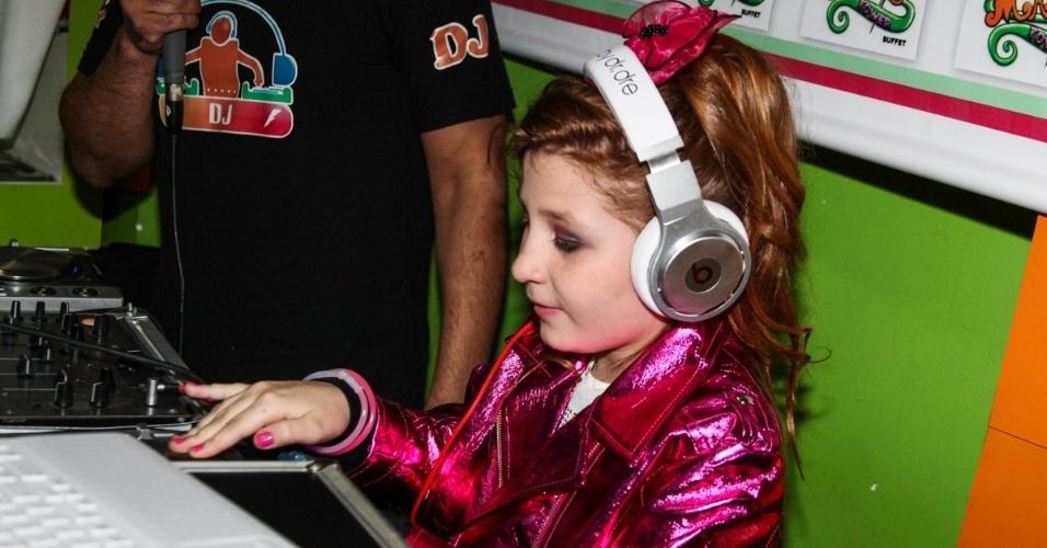 """18.ago.2013 - Giulia Garcia, a Ana de """"Chiquititas"""", brinca de DJ em seu aniversário de dez anos. A comemoração aconteceu em um buffet da zona sul de São Paulo"""