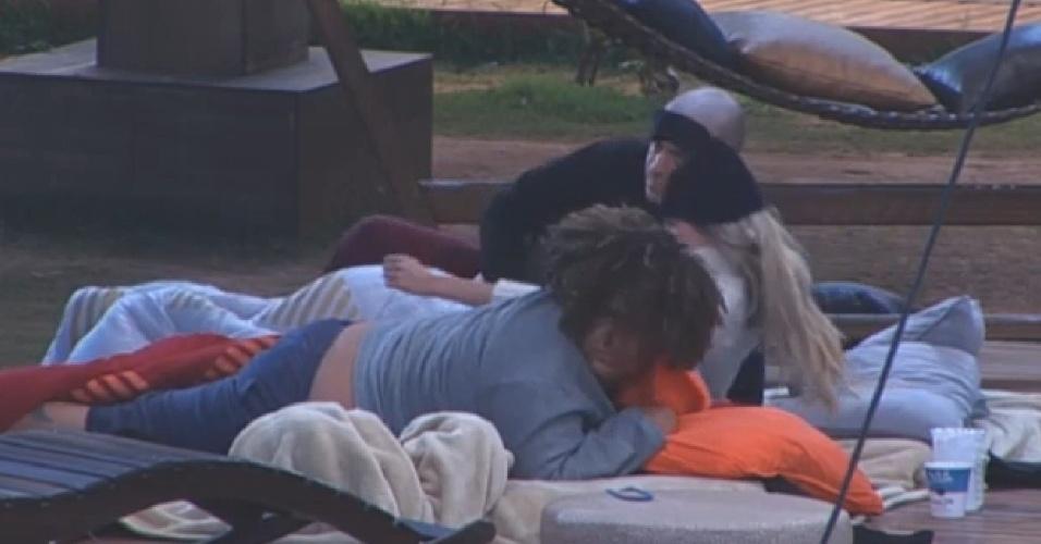 19.ago.2013 - Após passar a noite dormindo do lado de fora da sede, os peões acordam com o forte sol desta manhã