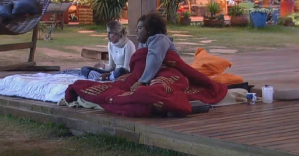 19.ago.2013 - Bárbara Evans e Gominho conversam sobre o jogo