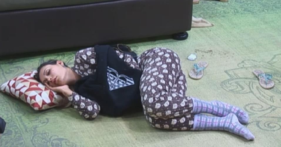 19.ago.2013 - Fazendeira da semana, Andressa Urach dorme no chão após punição que obrigou os peões a dormirem fora do quarto