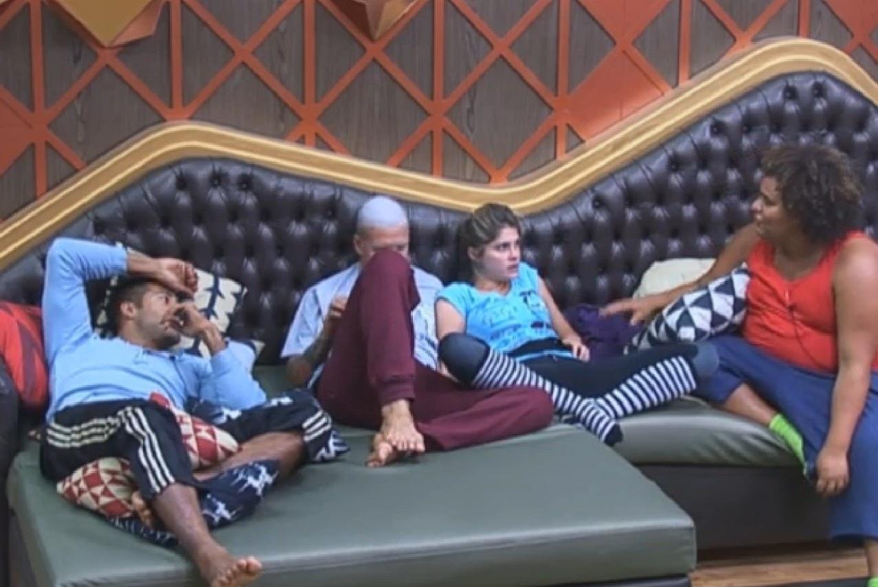19.ago.2013 - Gominho se ofereceu para dormir com Bárbara e Mateus do lado de fora da casa