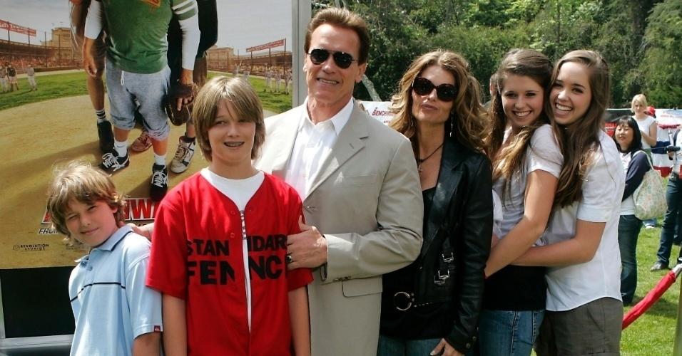 Arnold Schwarzenegger anunciou a separação de sua mulher, a jornalista Maria Shriver (ao centro), com quem viveu por 25 anos e teve e quatro filhos (da esquerda para a direita): Christopher, Patrick, Katherine e Christina. Uma semana depois, dia 17 de maio de 2011, o ex-governador da Califórnia admitiu que teve um filho fora do casamento, há dez anos, com a empregada de sua casa.