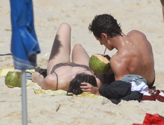 """Em """"Sangue Bom"""", Giane beija Caio durante ensaio na praia"""
