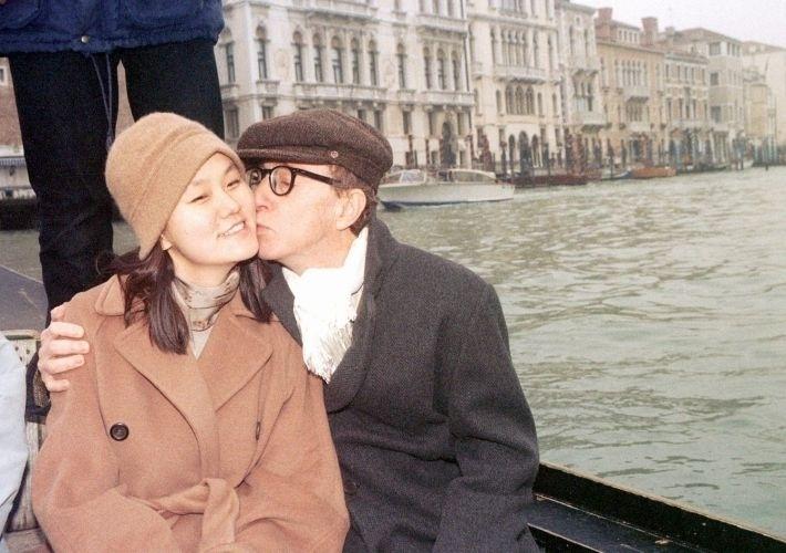 Woody Allen já namorava a atriz Mia Farrow há muito anos, quando ela descobriu umas fotos de sua filha adotiva Soon-Yi Previn nua, que Allen havia clicado. Apesar de nunca ter registrado Soon-Yi Previn como sua filha, Aleen era descrito pela imprensa como pai da garota de 22 anos. Soon-Yi e o cineasta estão juntos até hoje