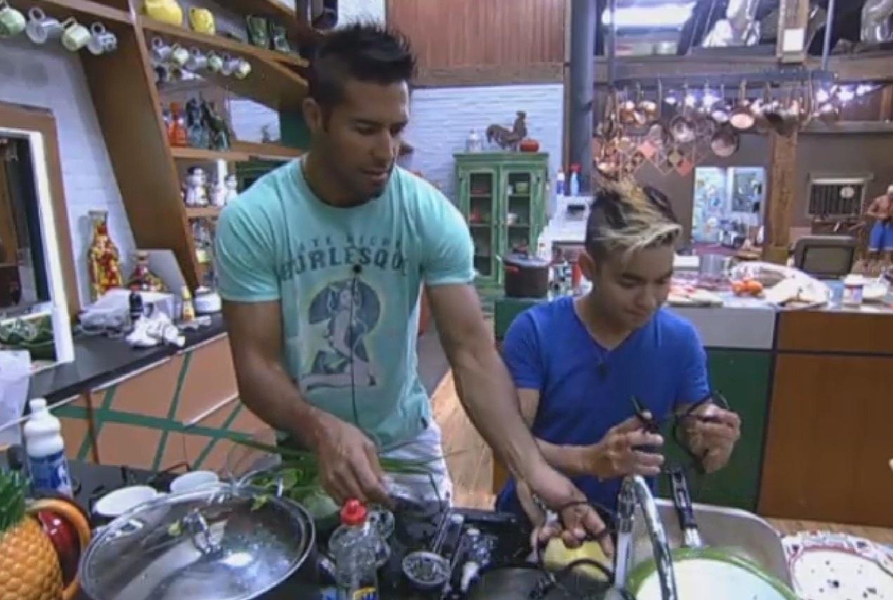 20.ago.2013 - Beto e Yudi lavaram a louça do café da tarde juntos