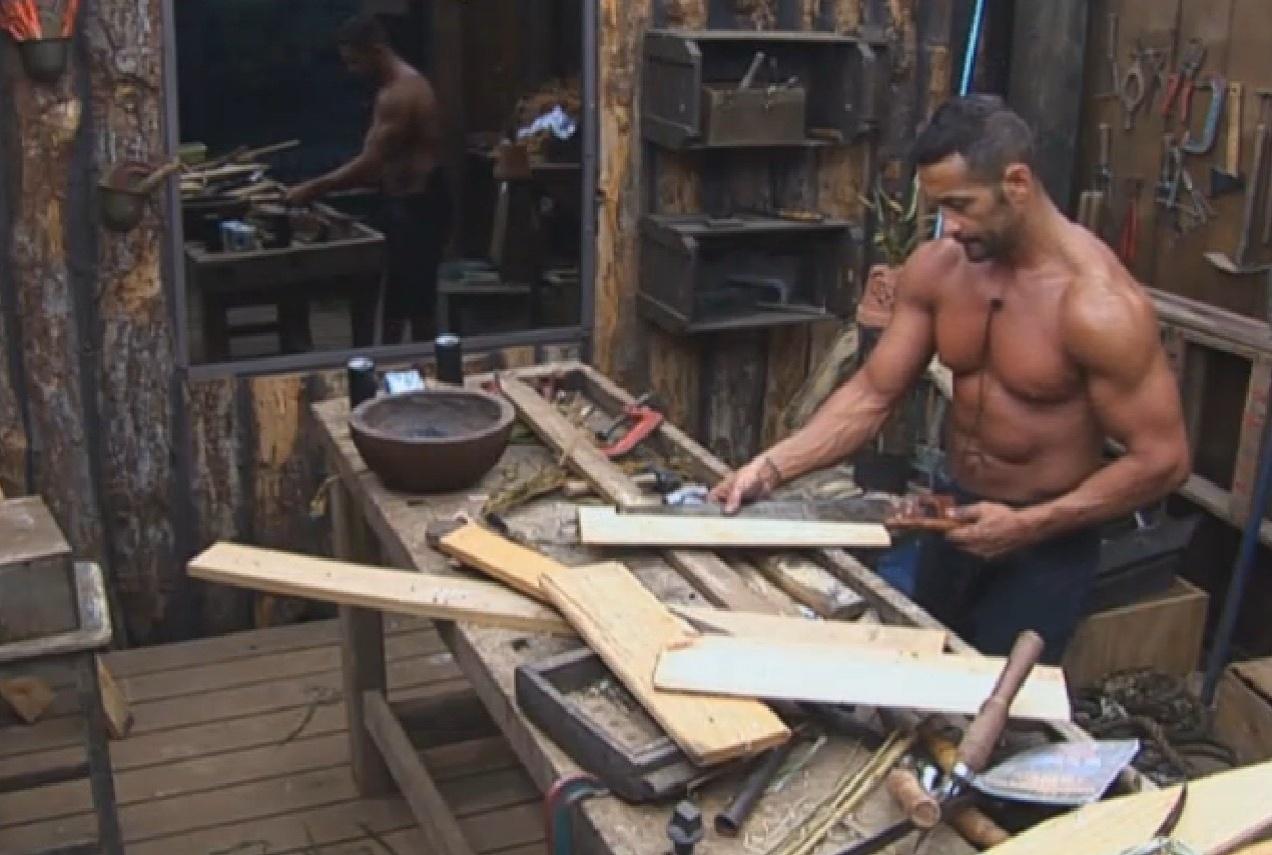 20.ago.2013 - Marcos Oliver mostra os seus dotes de carpinteiro