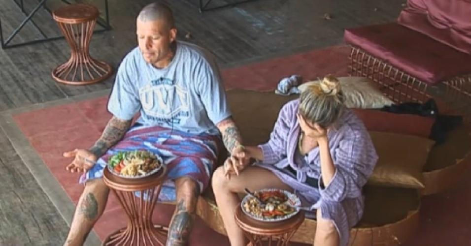 20.ago.2013 - Mateus e Bárbara rezam antes de almoçar