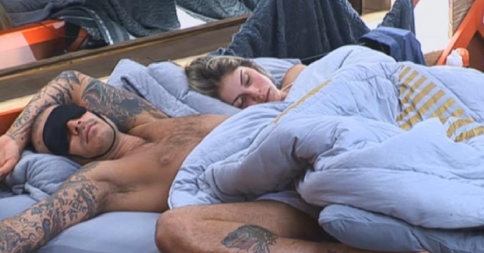 20.ago.2013 - Mateus Verdelho e Bárbara Evans descansam juntos