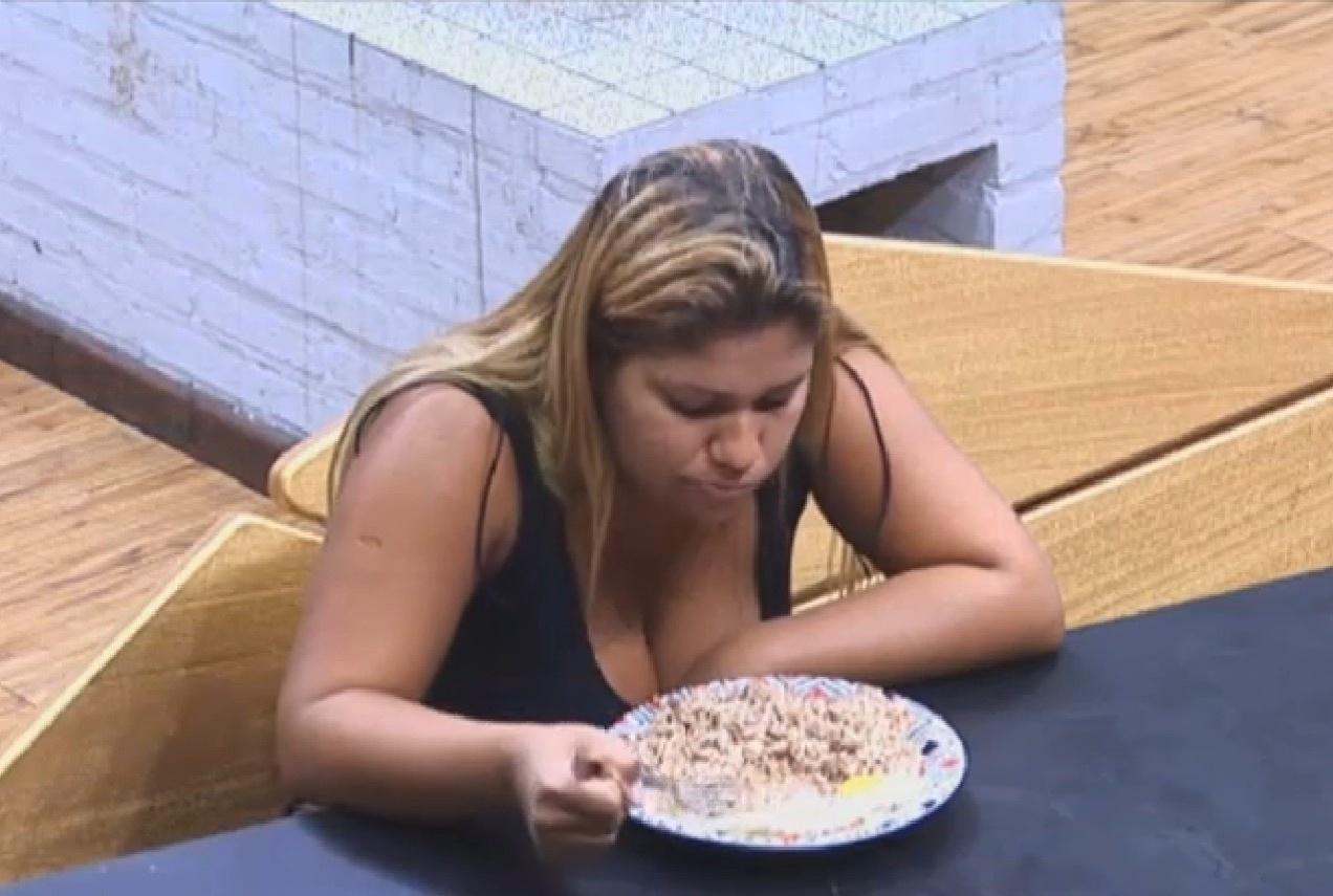 20.ago.2013 - Mulher Filé janta antes de sair da sede