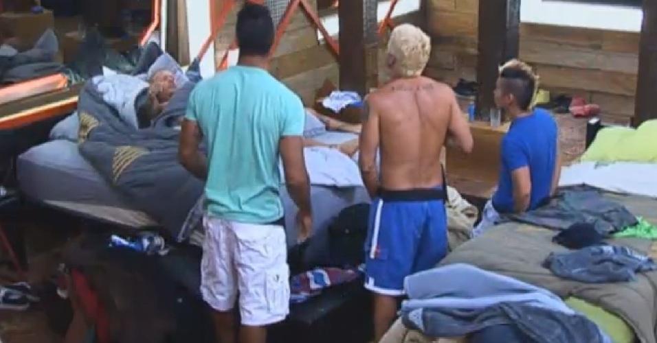 20.ago.2013 - Yudi chama Beto e Paulo Nunes para acordar Mateus Verdelho