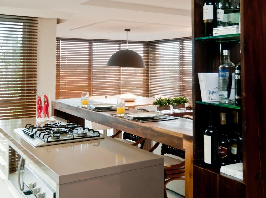 Fotos De Balcao De Sala De Jantar ~ rápidas, o balcão de madeira divide a cozinha da sala de jantar