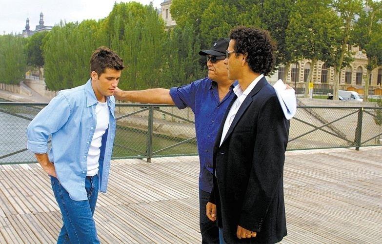 Bruno Gagliasso viaja para Paris com o diretor Dênis Carvalho (centro) e Marcos Palmeira (dir.) para gravar cenas como Inácio, de