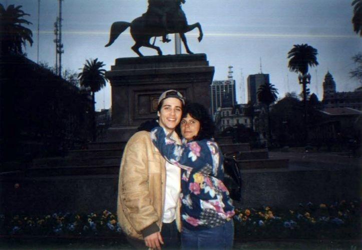 Bruno posa com a mãe, Lúcia Gagliasso, na Argentina (1997)