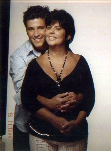Bruno posa com Lúcia Gagliasso em um estúdio para uma campanha de Dia das Mães (2005)