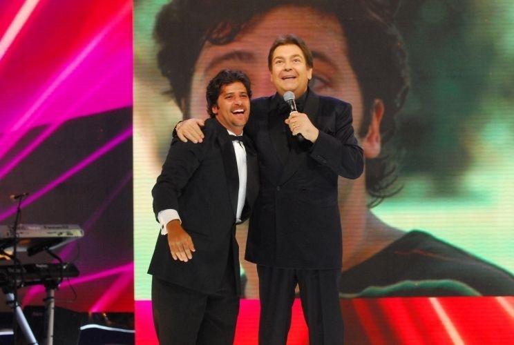 Fausto Silva recebe Bruno Gagliasso na premiação Melhores do Ano. Gagliasso levou o prêmio de melhor ator coadjuvante por sua atuação em
