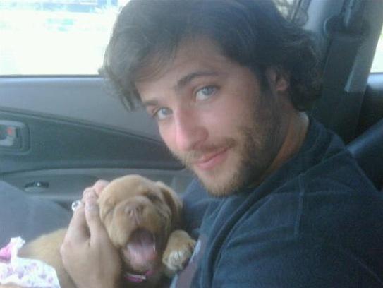 O ator Bruno Gagliasso ganhou uma cachorrinha de presente da namorada, a atriz Giovanna Ewbank, e colocou a foto em sua página no Twitter (30/10).
