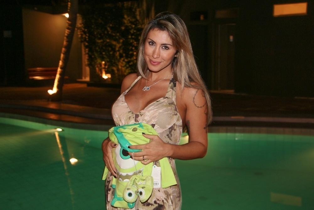 20.ago.2013 - Ex-BBB Jaque Khury posa com roupinhas de bebê após anunciar gravidez, Ela espera um menino, fruto de seu casamento com o produtor Rafael Mello