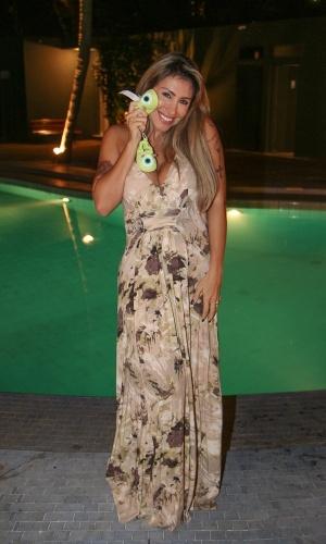20.ago.2013 - Ex-BBB Jaque Khury posa com sapatos de bebê após anunciar gravidez, Ela espera um menino, fruto de seu casamento com o produtor Rafael Mello