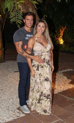 20.ago.2013 - Rafael Mello, marido da ex-BBB Jaque Khury, faz carinho na barriga dela, que está grávida de quatro meses do primeiro filho do casal