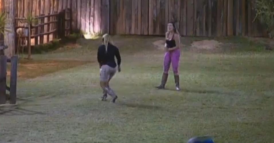 21.ago.2013 - Andressa e Yani brincam de peteca